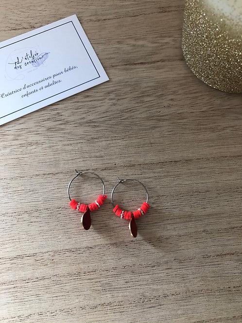 Créoles en métal argenté perles heishi rouge orangé et goutte émaillée