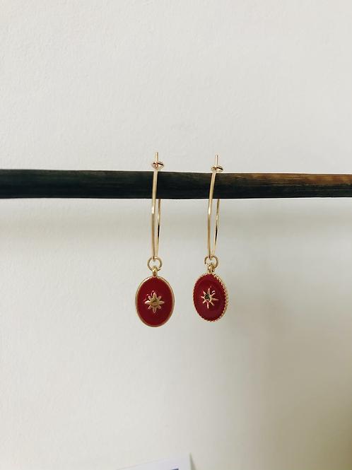 Créoles en métal doré avec médaille émaillé rouge