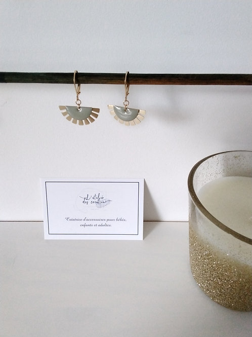 Boucles d'oreilles éventails doré et sequin gris/taupe