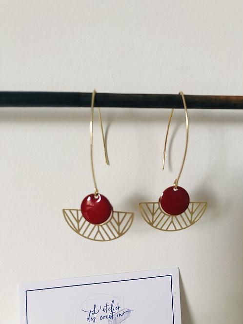 Boucles d'oreilles avec demi cercle évidé en métal doré et sequin bordeaux