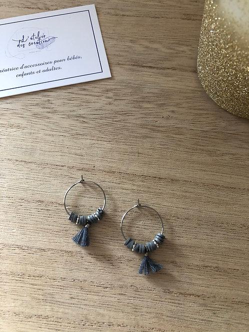 Créoles argentées perles heishi gris, perles et pompon assorti