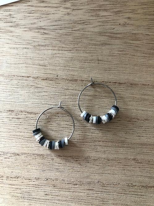 Créoles en métal argenté perles heishi noir, gris blanc