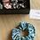 Thumbnail: Chouchou élastique en tissu motifs écailles