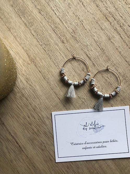 Créoles dorées perles heishi gris, perles dorées et pompon assorti