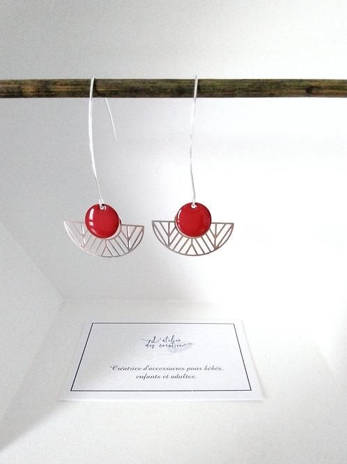 Boucles d'oreilles avec demi cercle évidé en métal argenté sequin rouge