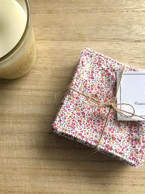 Lingettes en coton et éponge bambou motifs fleuris sur fond blanc