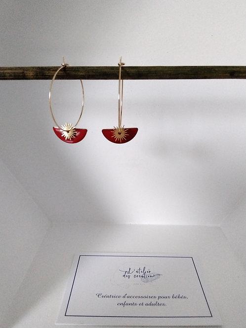 Créoles en métal doré avec sequin demi cercle émaillé rouge