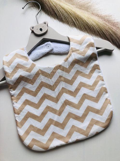 Bavoir en coton et éponge motifs zig zag beige et blanc