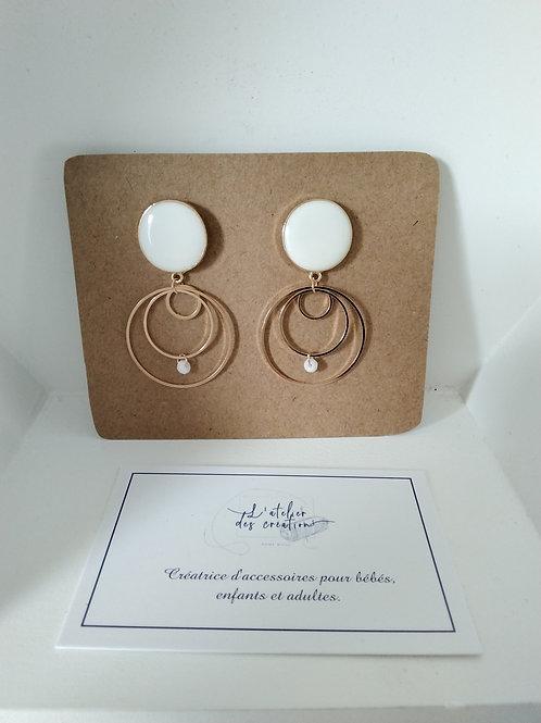 Clous d' oreilles émaillés avec anneaux dorées et perle
