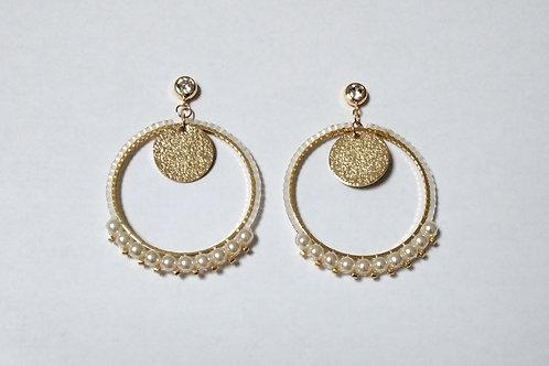 Clous d'oreilles dorés tissés avec perles miyuki et perles nacrées