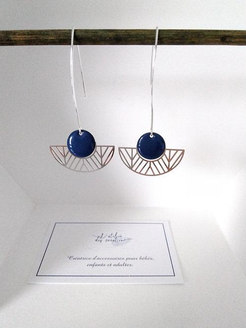 Boucles d'oreilles avec demi cercle évidé en métal argenté sequin bleu foncé
