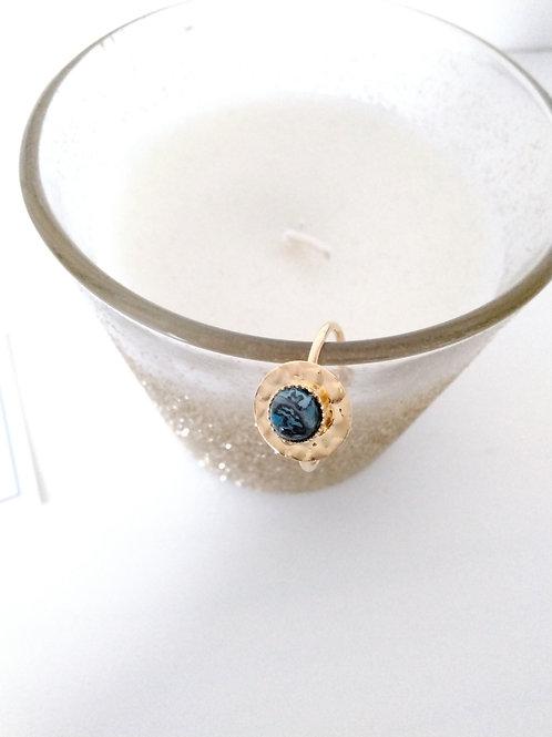 Bague sequin en métal doré à l'or fin composée d'un cabochon en agate bleu