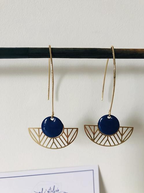 Boucles d'oreilles avec demi cercle évidé en métal doré et sequin bleu foncé