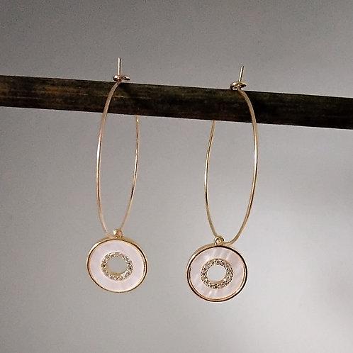 Créoles en métal doré avec breloque ronde en nacre véritable doré a lor fin et