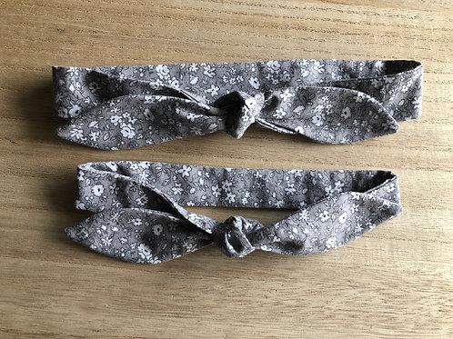 Bandeau à nouer en tissu motifs fleuris blanc fond gris