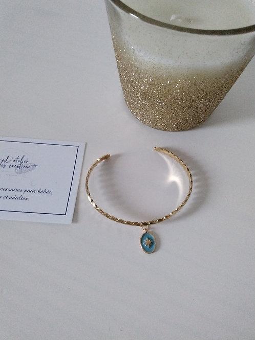Bracelet jonc en métal doré et breloque médaille bleu ciel