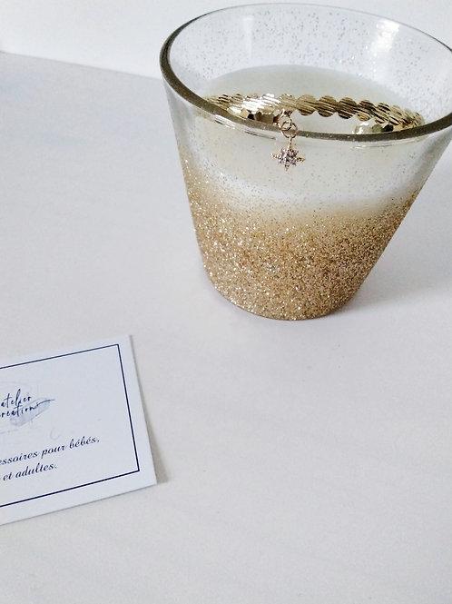 Bracelet jonc en métal doré et breloque étoile avec strass
