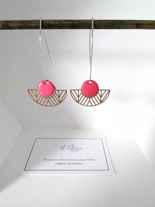 Boucles d'oreilles avec demi cercle évidé en métal doré et sequin rose vif
