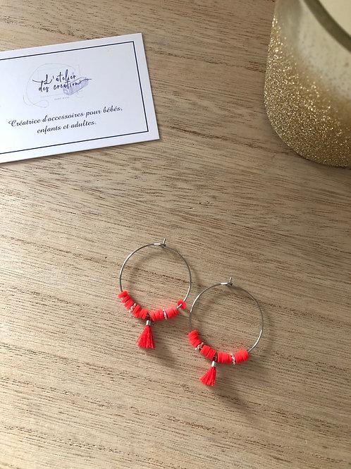 Créoles argentées perles heishi rouge orangé, perles et pompon assorti
