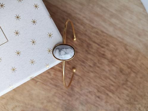 Bracelet jonc en métal doré à l'or fin et cabochon howlite