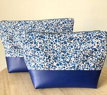 pochette tissu simili cuir fleur bleues.