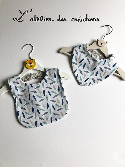 Duo bavoir / bandana en coton et éponge motifs plumes bleues