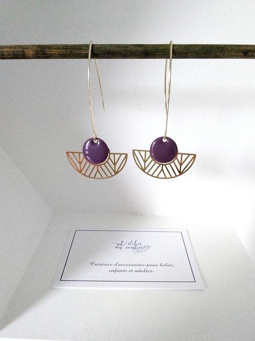 Boucles d'oreilles avec demi cercle évidé en métal doré et sequin violet