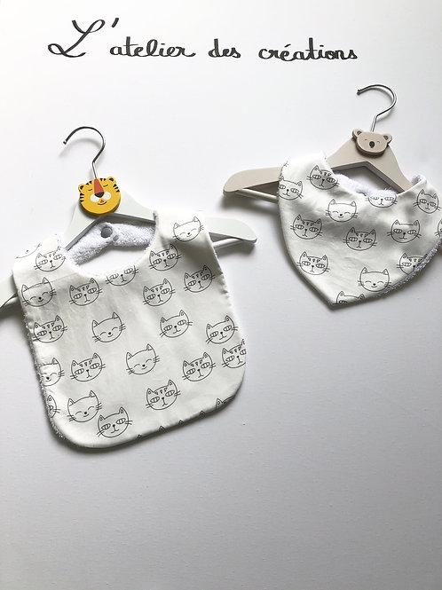 Duo bavoir / bandana en coton et éponge motifs têtes de chat