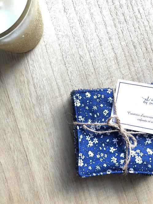 Lingettes en coton et éponge bambou motifs fleuris blanc et bleu