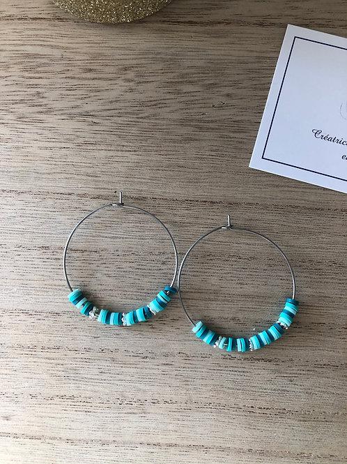 Créoles en métal argenté perles heishi dans différents tons de turquoise