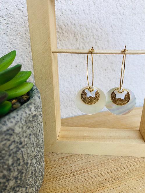 Créoles en métal doré avec sequin en métal et en nacre