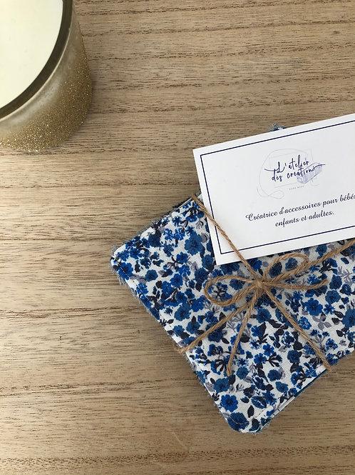 Lingettes en coton et éponge bambou motifs fleuris ton bleu, gris et blanc