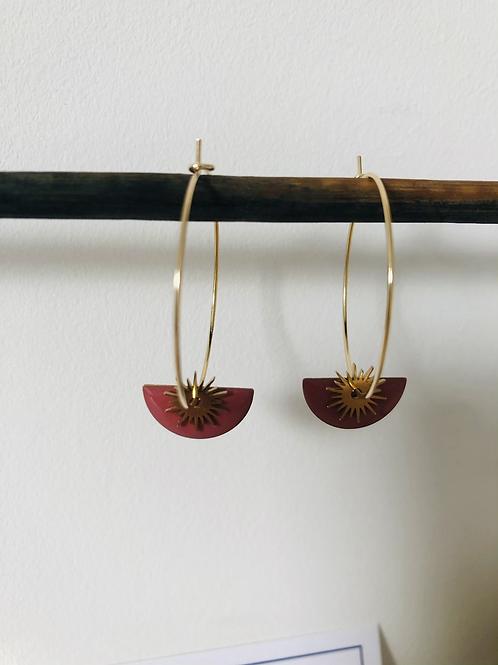 Créoles en métal doré avec sequin demi cercle émaillé vieux rose foncé et breloq