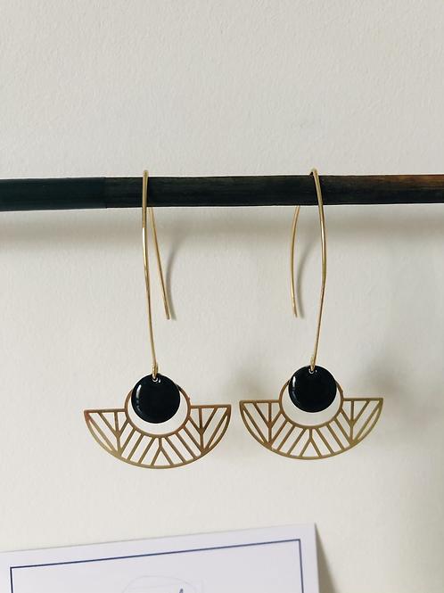 Boucles d'oreilles avec demi cercle évidé en métal doré et sequin noir