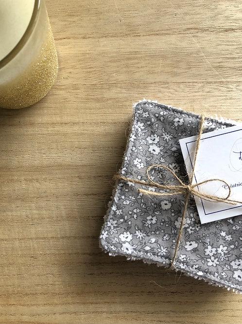 Lingettes en coton et éponge bambou motifs fleurs blanches fond gris