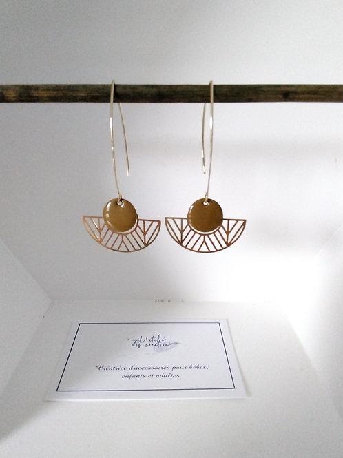 Boucles d'oreilles avec demi cercle évidé en métal doré et sequin vert olive