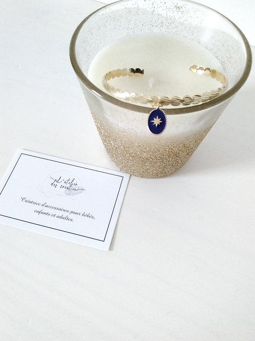 Bracelet jonc en métal doré et breloque médaille bleu royal