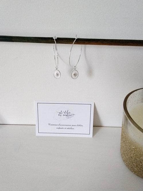 Créoles en métal argenté avec médaille émaillé blanc
