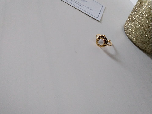 Bague sequin en métal doré à l'or fin composée d'un cabochon en nacre