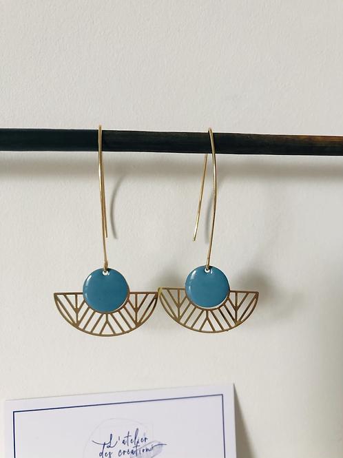 Boucles d'oreilles avec demi cercle évidé en métal doré et sequin bleu glacier