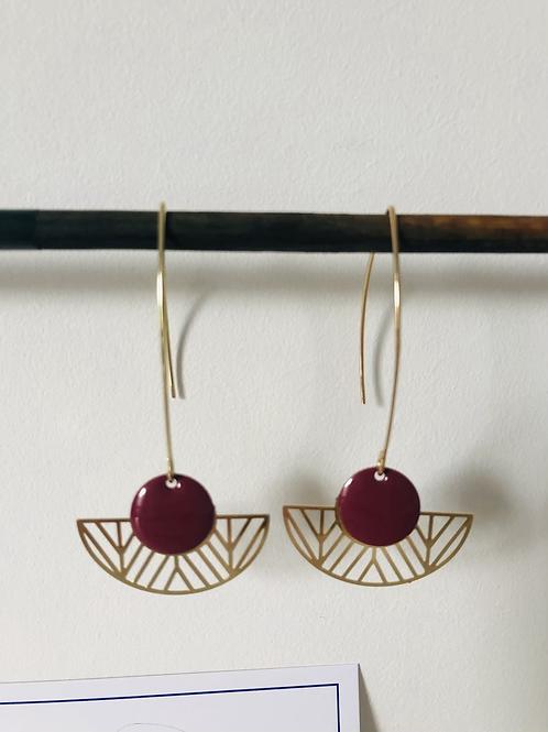 Boucles d'oreilles avec demi cercle évidé en métal doré et sequin prune