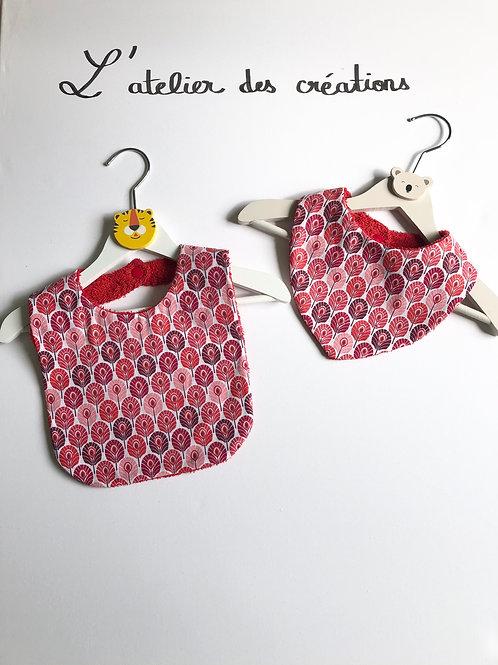 Duo bavoir / bandana en coton et éponge motifs plumes de paon rouge