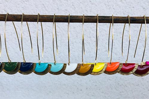 Crochets d'oreilles avec demi lune en métal et sequin émaillé