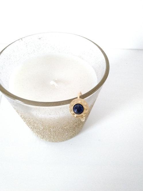 Bague sequin en métal doré à l'or fin composée d'un cabochon en lapis-lazuli