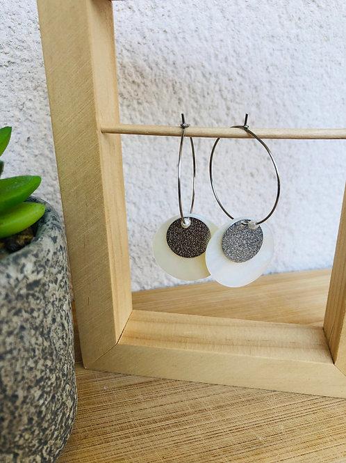 Créoles en métal argenté avec sequin en métal et en nacre