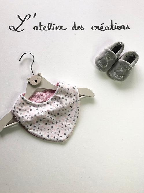 Bandana/ bavoir en coton et éponge pattes rose et gris