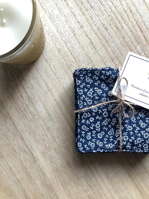 Lingettes en coton et éponge bambou motifs fleurs beige sur fond bleu marine