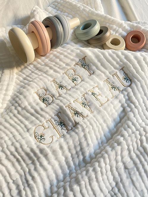 Couverture gaze de coton lettres fleuries (2 lignes de broderies)
