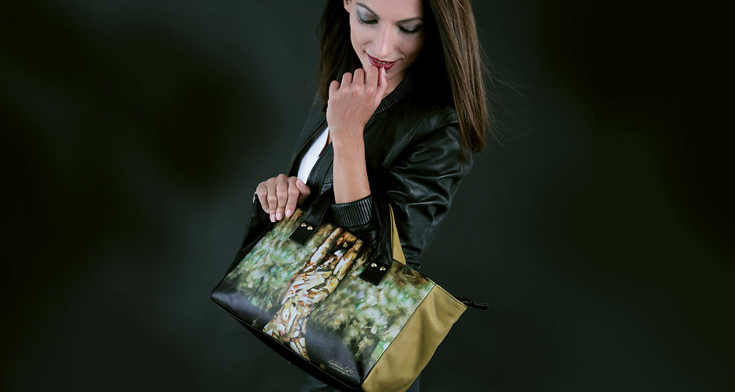 "Fusionar ARTE & MODA Nuestro lema ""It's not just a bag, it's ART"" refleja claramente este concepto"