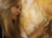 """Artista plástica y diseñadora multidisciplinar afincada en Barcelona, con formación en la Universidad de Buenos Aires, Argentina. Sus obras son realizadas bajo la técnica autodidacta de """"Dáctilopintura"""", pintadas con los dedos sin utilizar pinceles."""